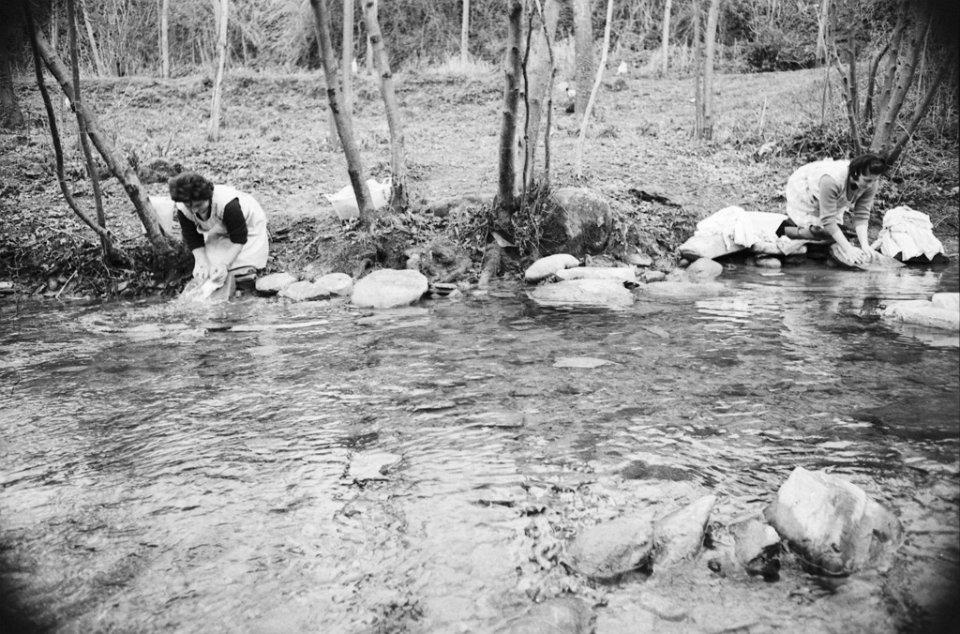 Donne che lavano vestiti nel Mugello