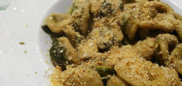 Orecchiette fatte in casa con le cime di rapa, arricchite con pangrattato al posto del parmigiano