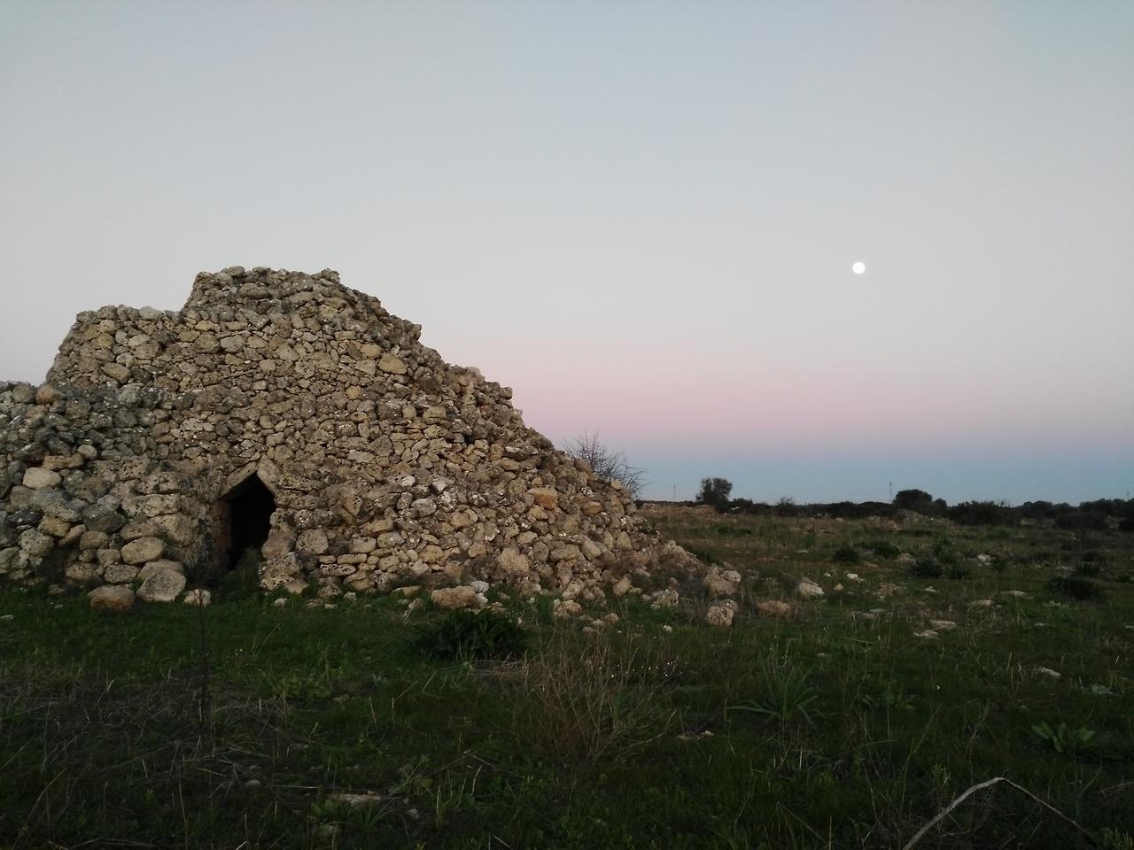 Un trullo abbandonato nella campagna di Manduria, Puglia