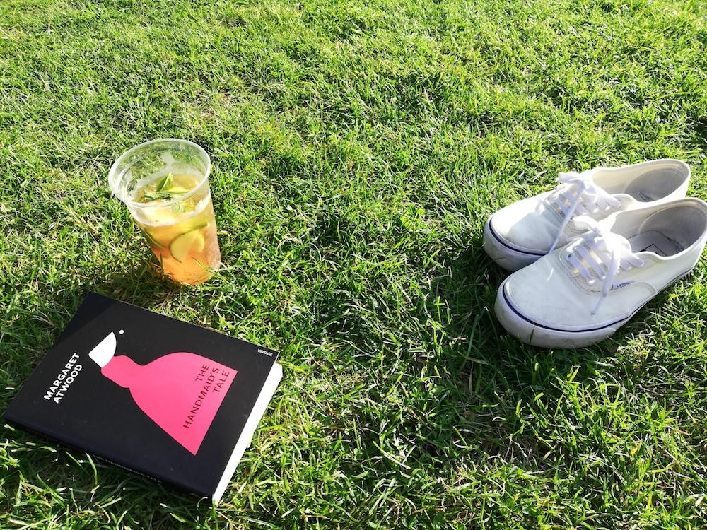 Relax con un buon libro e un bicchiere di Pimm's