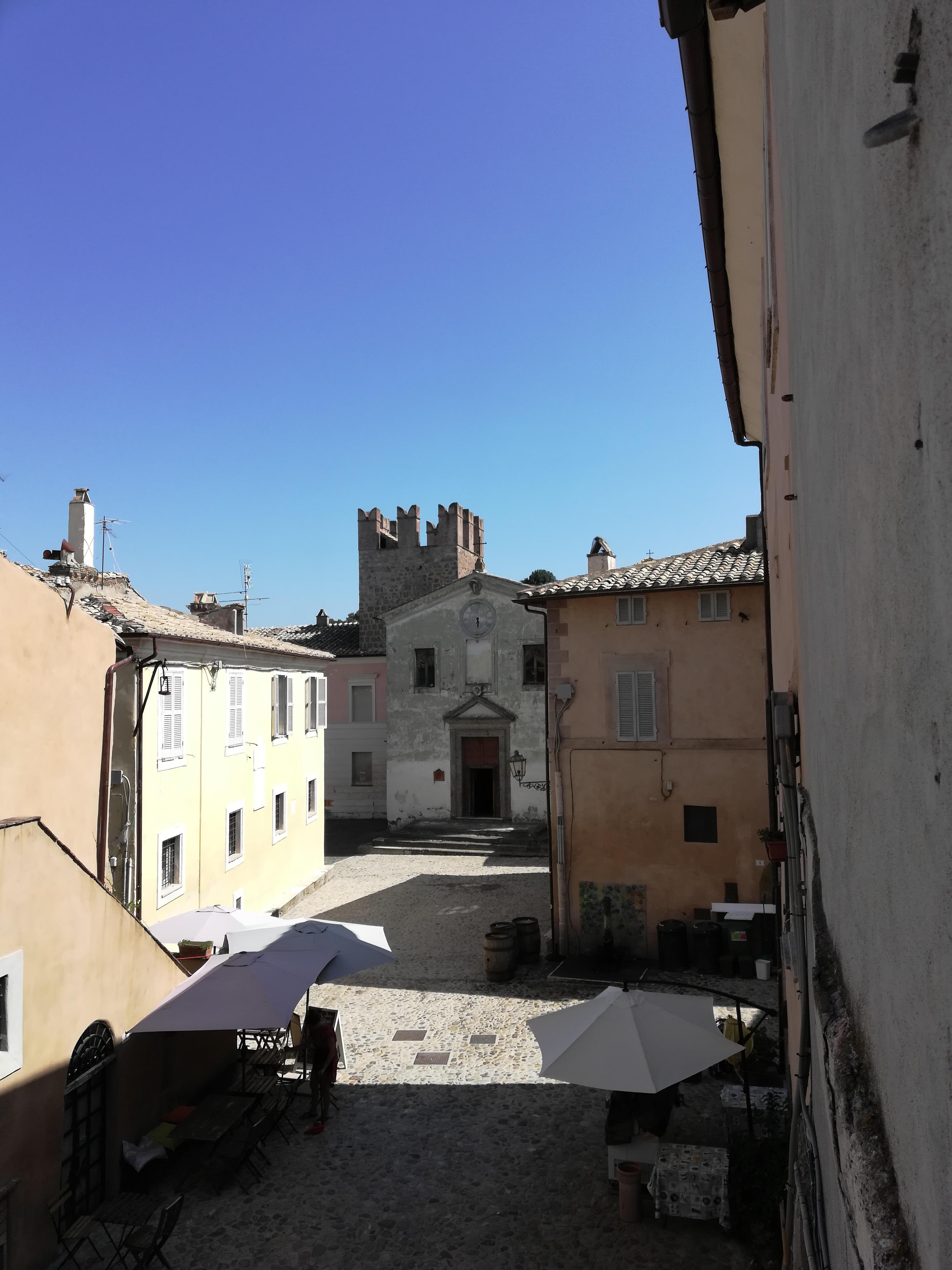 La piazza centrale di Calcata e la chiesa
