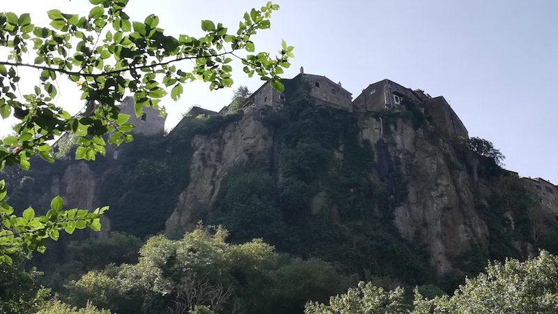 Calcata vista dal fiume Treja
