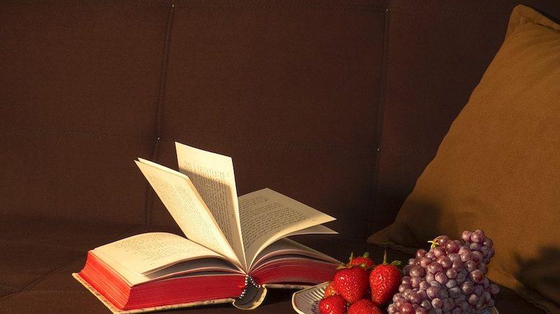 Libro di ricette di famiglia con frutta