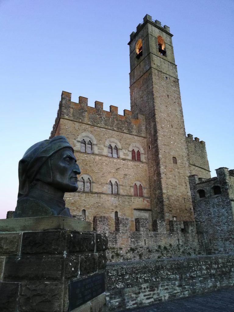 Il castello di Poppi e il monumento dedicato a Dante