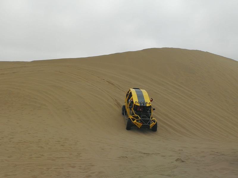 In dune buggy nel deserto peruviano di Huacachina