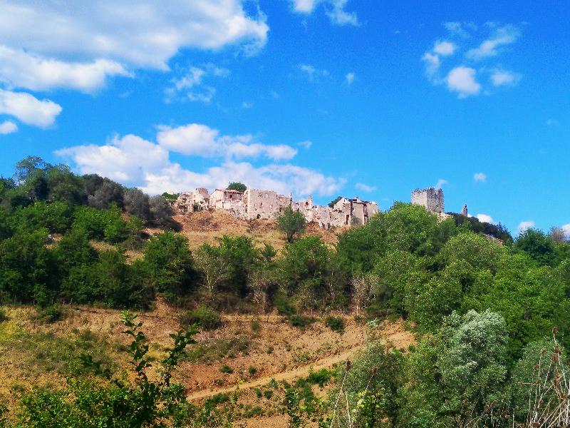 Il borgo abbandonato di Stazzano Vecchia sulla collinetta