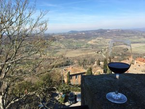 La visuale dalla Fortezza di Montepulciano e un bicchiere di Vino Nobile